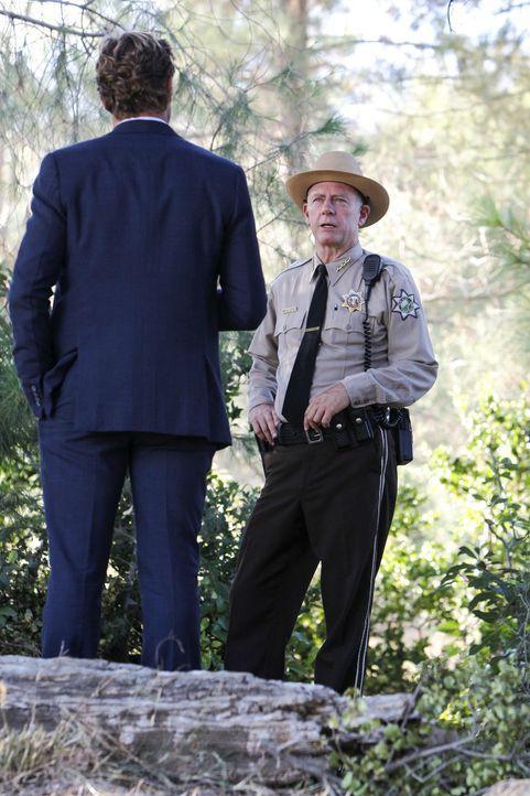 In Napa hat es einen Mord gegeben. Patrick Jane (Simon Baker, l.) und sein Team begeben sich dorthin, um McAllister (Xander Berkeley, r.) auf den Za... - Bildquelle: Warner Bros. Television