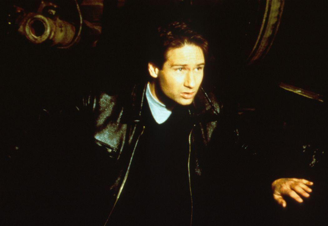 Mulder (David Duchovny) verfolgt einen Eisenbahnwaggon der amerikanischen Regierung, in dem ein lebender Außerirdischer transportiert wird. - Bildquelle: TM +   2000 Twentieth Century Fox Film Corporation. All Rights Reserved.