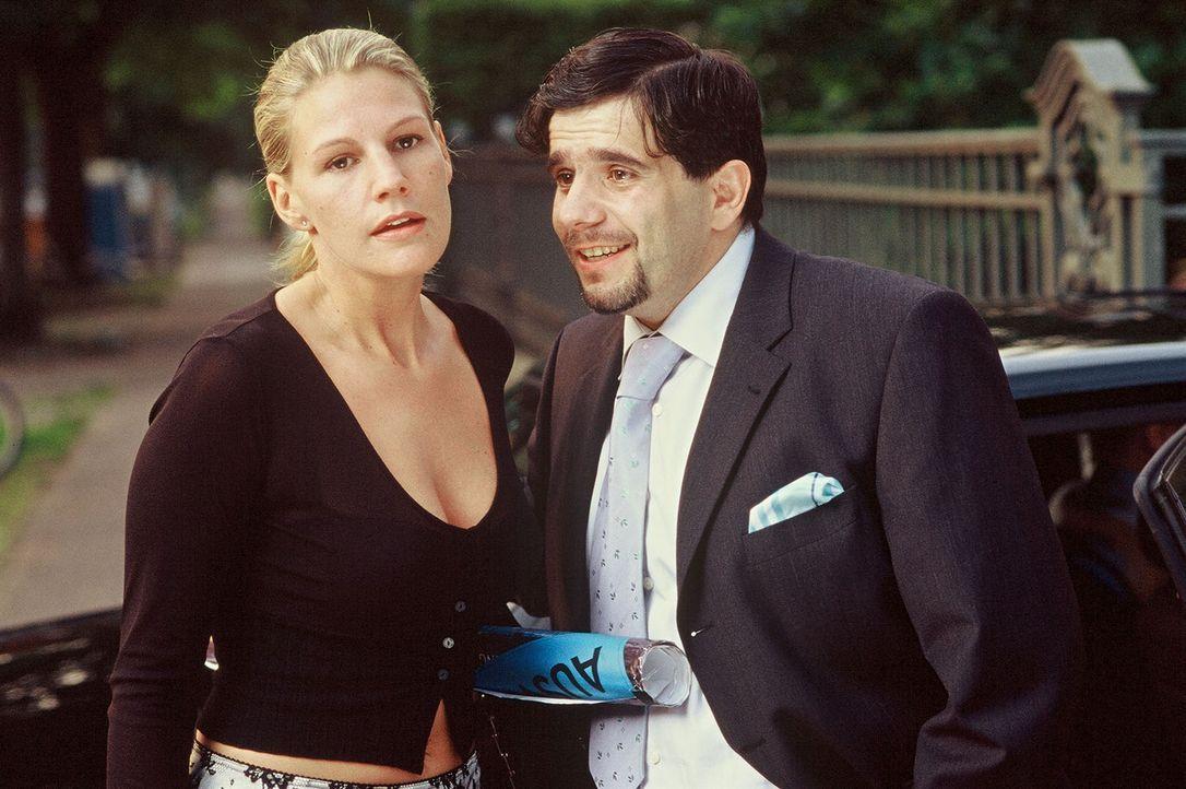 Nicholas' Geschäftspartner Miguel Vallejo (Bruno Cathomas, r.) glaubt, dass Stella (Sophie Schütt, l.) käuflich ist ... - Bildquelle: Wolfgang Meier Sat.1
