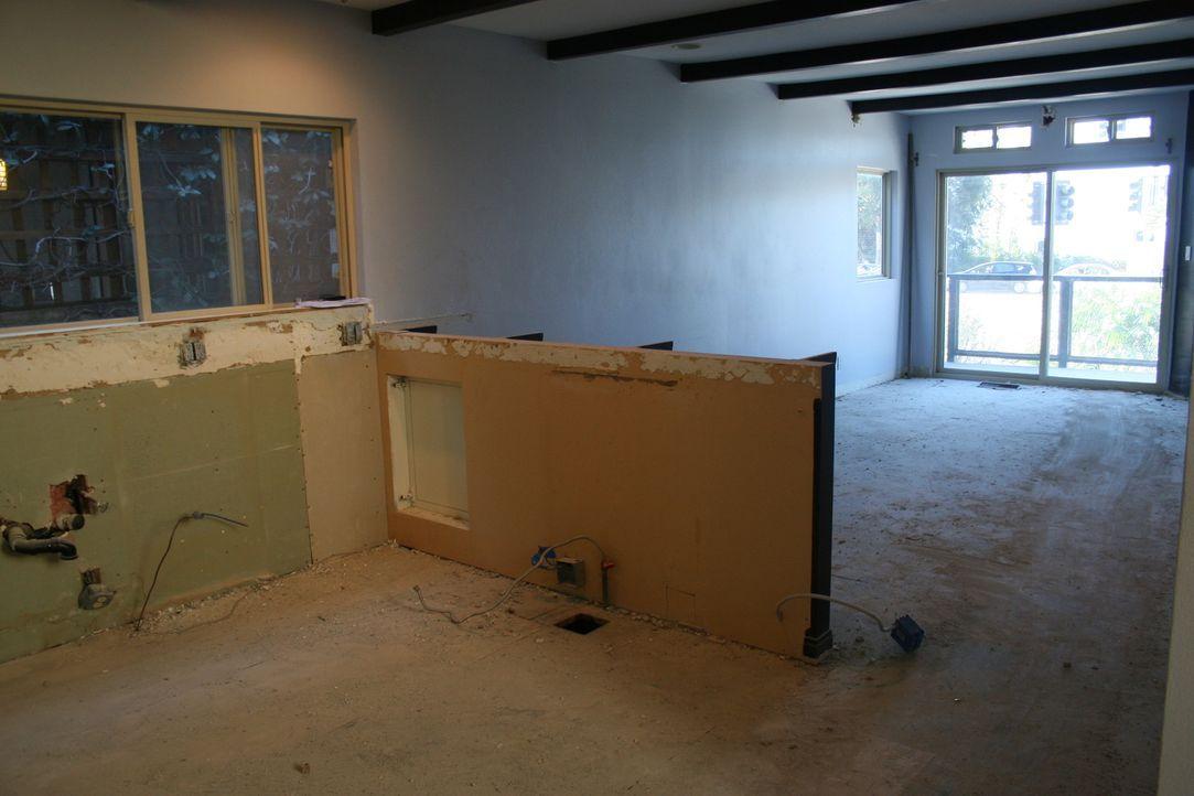 Die offene Küche geht in den Wohnbereich mit Meerblick über. Wie sie den Raum gestalten, ist für Christina schnell klar: Im Strand-Look. Bei einem M... - Bildquelle: 2016,HGTV/Scripps Networks, LLC. All Rights Reserved