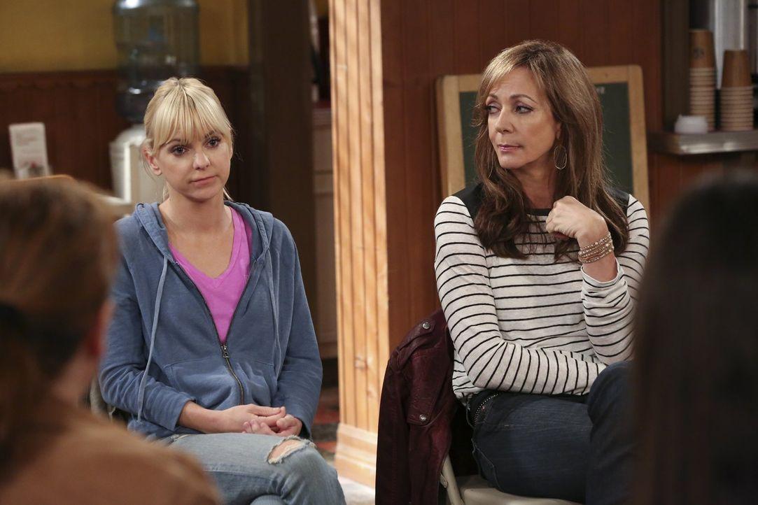 Nach allem, was geschehen ist, wollen sie ihre Familie wiedervereinen: Bonnie (Allison Janney, r.) und Christy (Anna Faris, l.) ... - Bildquelle: Warner Bros. Television