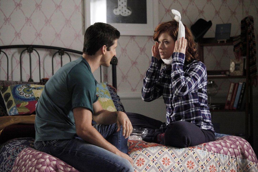 Während Fred im Keller wohnt, macht sich Tessa (Jane Levy, r.) Gedanken, ob sie eine Beziehung zu Ryan (Parker Young, l.) möchte ... - Bildquelle: Warner Brothers