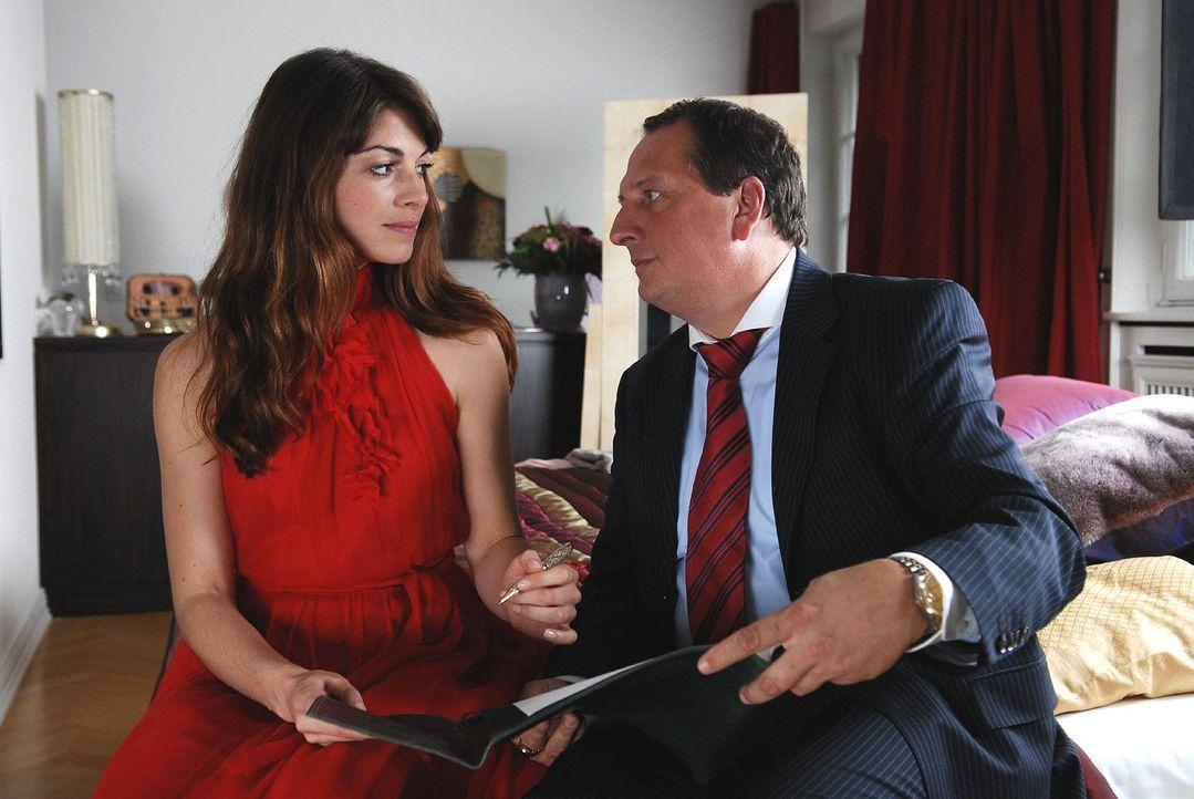 Der windige Geschäftsmann Paul Plettenberg (Thomas Kügel, r.) drängt seine Tochter Babette (Bianca Hein, l.) zur schnellen Hochzeit mit Sebastian. P... - Bildquelle: Nicolas Maack Sat.1