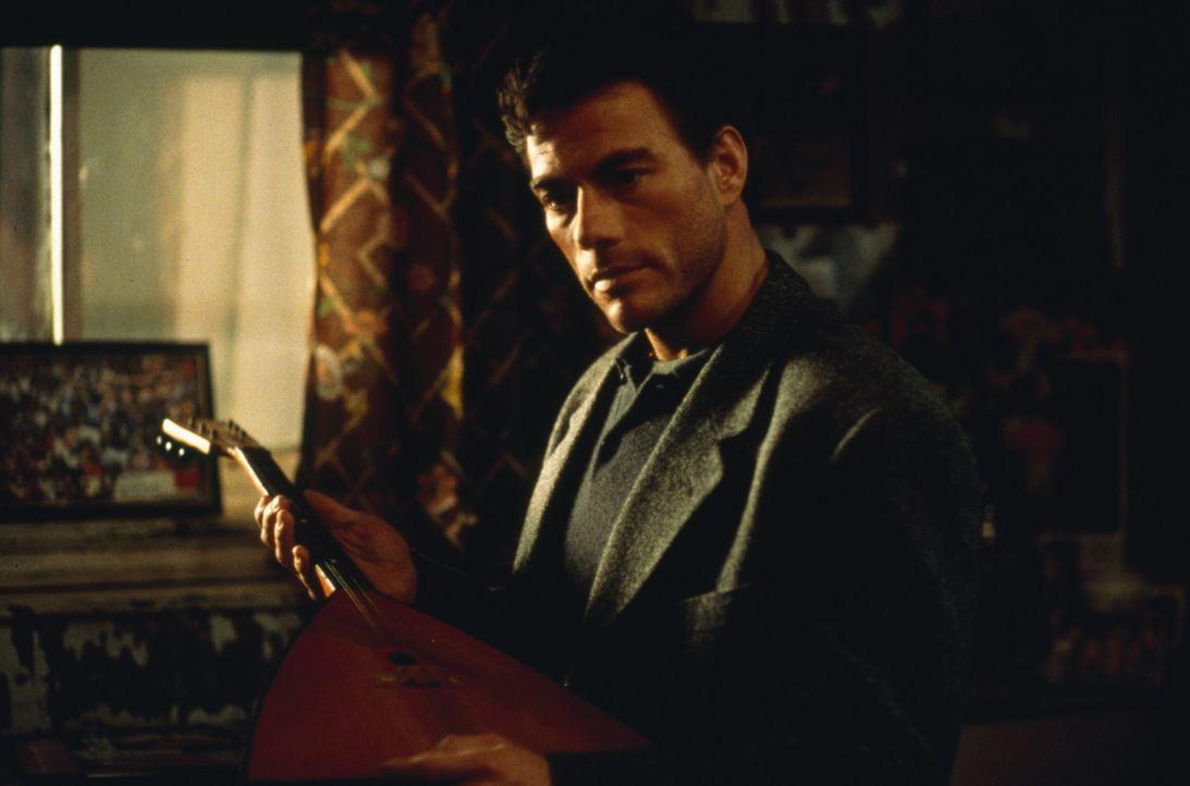 Um den Mord an seinem Zwillingsbruder Mikhail rächen zu können, schlüpft Inspektor Alain Moreau (Jean-Claude Van Damme) in dessen Identität ... - Bildquelle: Sony Pictures Television International. All Rights Reserved.