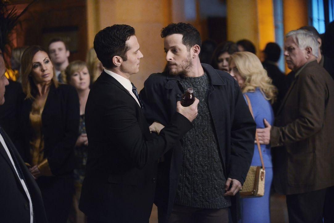 Gleich am Anfang des Wohltätigkeitevents muss Kevin (Seamus Dever, l.) einen Attentäter (Michael Blum, r.) stoppen, der Lopez angreifen wollte ... - Bildquelle: David Moir ABC Studios