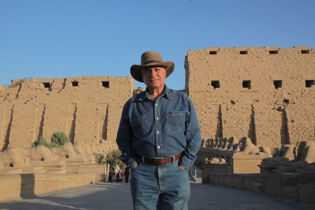Zahis ereignisreicher Tag beginnt in der verlassenen Stadt Sakkara, wo er zwei Grabkammern öffnen wird. - Bildquelle: Shawn Baldwin