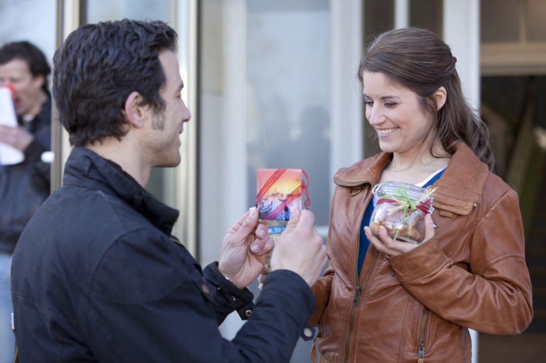 Michael (Andreas Jancke, l.) versucht, sein schlechtes Gewissen gegenüber Bea (Vanessa Jung, r.) zu beruhigen. Er hofft, seine Beziehung zu ihr ret... - Bildquelle: David Saretzki SAT.1