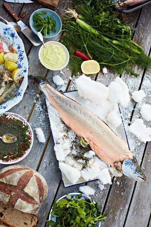 Jamie serviert Seebarsch in Salz gebacken ...