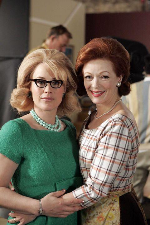 """In ihrem Traum findet sich Allison (Patricia Arquette, l.) mit Abigail (Frances Fisher, r.), der Frau des Hauptdarstellers der Serie """"Verheiratet mi... - Bildquelle: Paramount Network Television"""