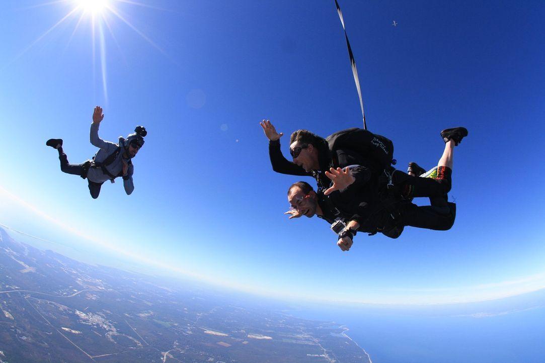 Jetzt erobern James (unten) und seine Freunde sogar den Himmel ... - Bildquelle: 2014 Warner Bros.