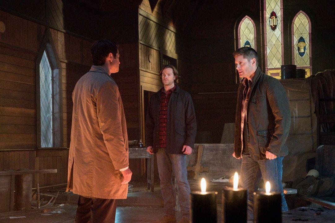 Während Lucifer (Misha Collins, l.) seinem ehemaligen Zuhause, dem Himmel, einen Besuch abstattet, müssen Sam (Jared Padalecki, M.) und Dean (Jensen... - Bildquelle: 2014 Warner Brothers