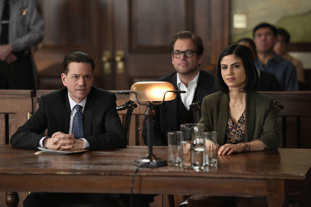 Bull (Michael Weatherly, M.) unterstützt Dylan (Ana Kayne, r.), die nach dem Tod ihres Vaters Walt gemeinsam mit ihrem Onkel Max (Frank Whaley, l.)... - Bildquelle: 2016 CBS Broadcasting, Inc. All Rights Reserved