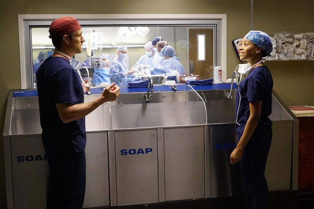 Bereiten sich auf eine Operation vor: Nathan (Martin Henderson, l.) und Maggie (Kelly McCreary, r.). Währenddessen muss Alex eine private Niederlage... - Bildquelle: Kelsey McNeal ABC Studios