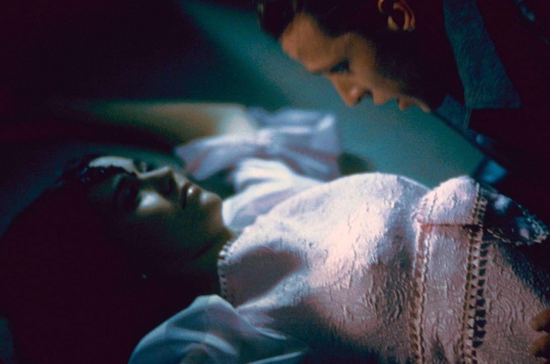 """1969: Bei einer Party betäuben Willy (Daniel B. Culmer, r.) und seine Freunde junge Frauen mit """"Bloody Mary"""" - und entführen sie dann. Nur Mary (L... - Bildquelle: Sony 2007 CPT Holdings, Inc.  All Rights Reserved."""