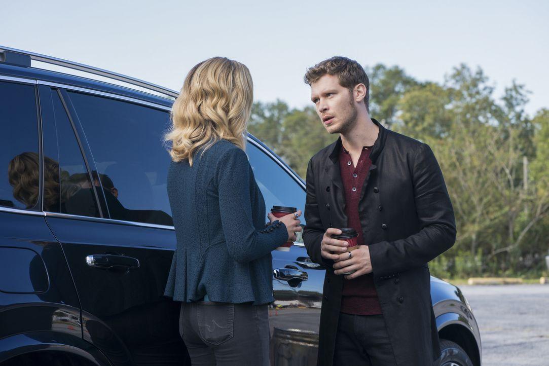 Caroline (Candice King, l.); Klaus (Joseph Morgan, r.) - Bildquelle: Warner Bros.
