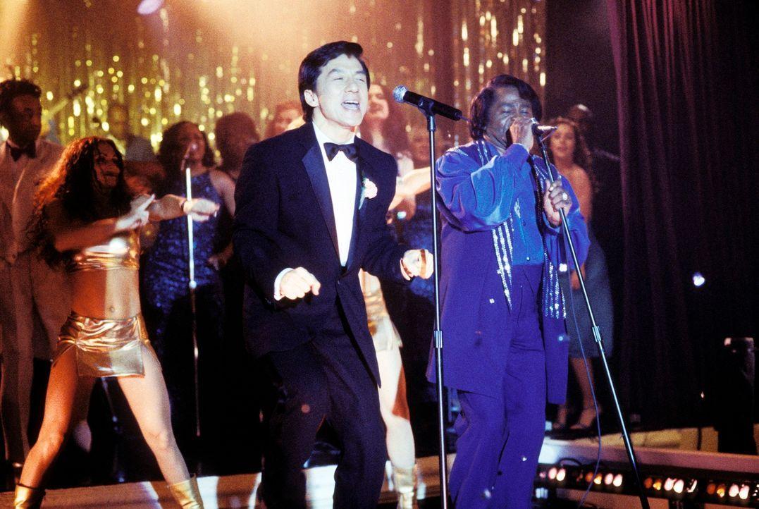 Kaum hat Jimmy (Jackie Chan, l.) den Anzug seines im Koma liegenden Chefs an, da befindet er sich auch schon auf der Bühne, wo er die Vertretung von... - Bildquelle: TM &   2002 DreamWorks LLC. All Rights Reserved