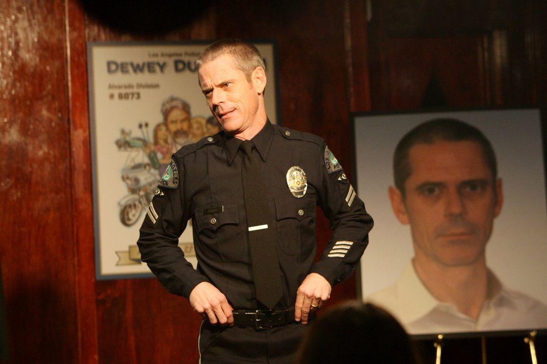 Verabschiedet sich in den Ruhestand: Officer Dewey Dudek (C. Thomas Howell) - Bildquelle: Warner Brothers