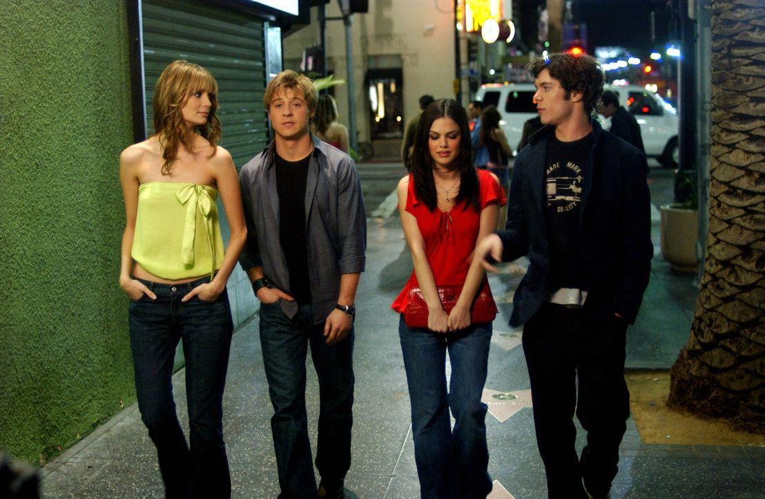Gemeinsam fahren Marissa (Mischa Barton, l.), Ryan (Benjamin McKenzie, 2.v.l.), Summer (Rachel Bilson, 2.v.r.) und Seth (Adam Brody, r.) nach Hollyw... - Bildquelle: Warner Bros. Television