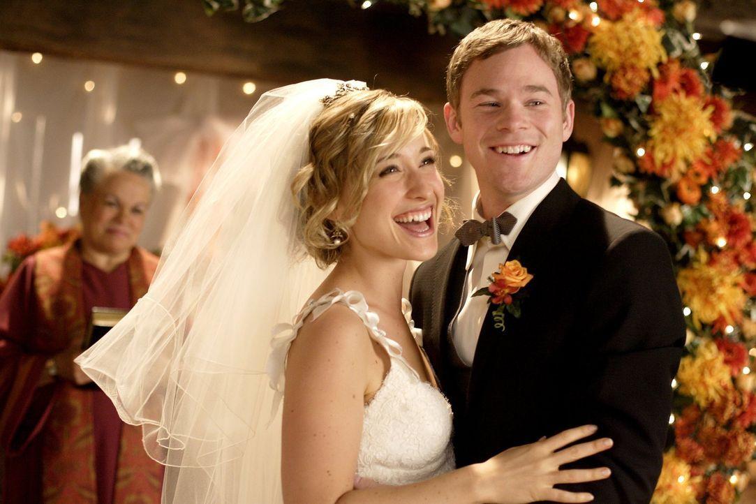 Wird die Hochzeit reibungslos über die Bühne gehen, oder wird Chloes (Allison Mack, l.) und Jimmys (Aaron Ashmore, r.) besonderer Tag zum Albtraum? - Bildquelle: Warner Bros.