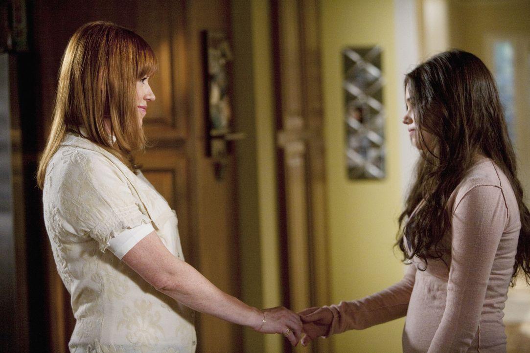 Anne (Molly Ringwald, l.) ist gerührt als ihre Tochter Ashley (India Eisley, r.) ihr gesteht, dass sie sie liebt. - Bildquelle: Randy Holmes 2009 Disney Enterprises, Inc. All rights reserved.