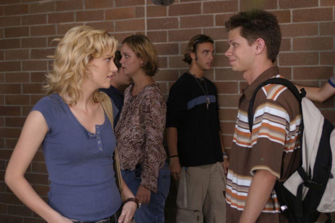 Mouth (Lee Norris, r.) führt Felix in der Schule herum. Dabei stoßen die beiden auch auf Peyton (Hilarie Burton, l.) ... - Bildquelle: Warner Bros. Pictures