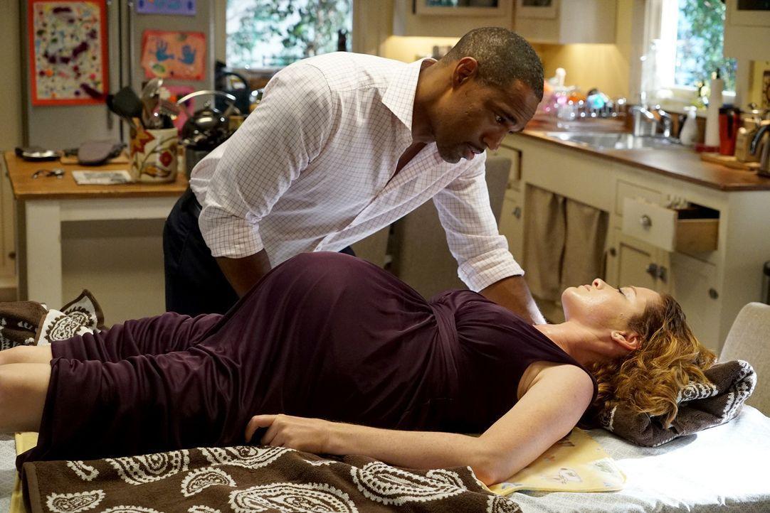 Wird es Ben (Jason George, l.) schaffen, April (Sarah Drew, r.) und das Baby zu retten? - Bildquelle: Eric McCandless ABC Studios