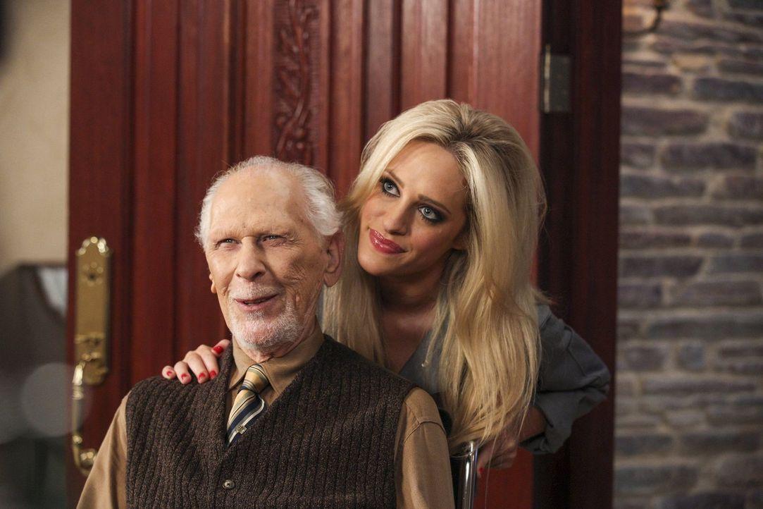 Harold (Jack Donner, l.) spielt bei Dalias (Carly Chaikin, r.) Zukunftsplänen eine große Rolle ... - Bildquelle: Warner Brothers