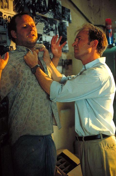 Sind nicht immer einer Meinung: der ehemalige BND-Agent Dux (Axel Milberg, l.) und der verzweifelte Vater Sven (Ulrich Noethen, r.) ... - Bildquelle: Manju Sawhney ProSieben
