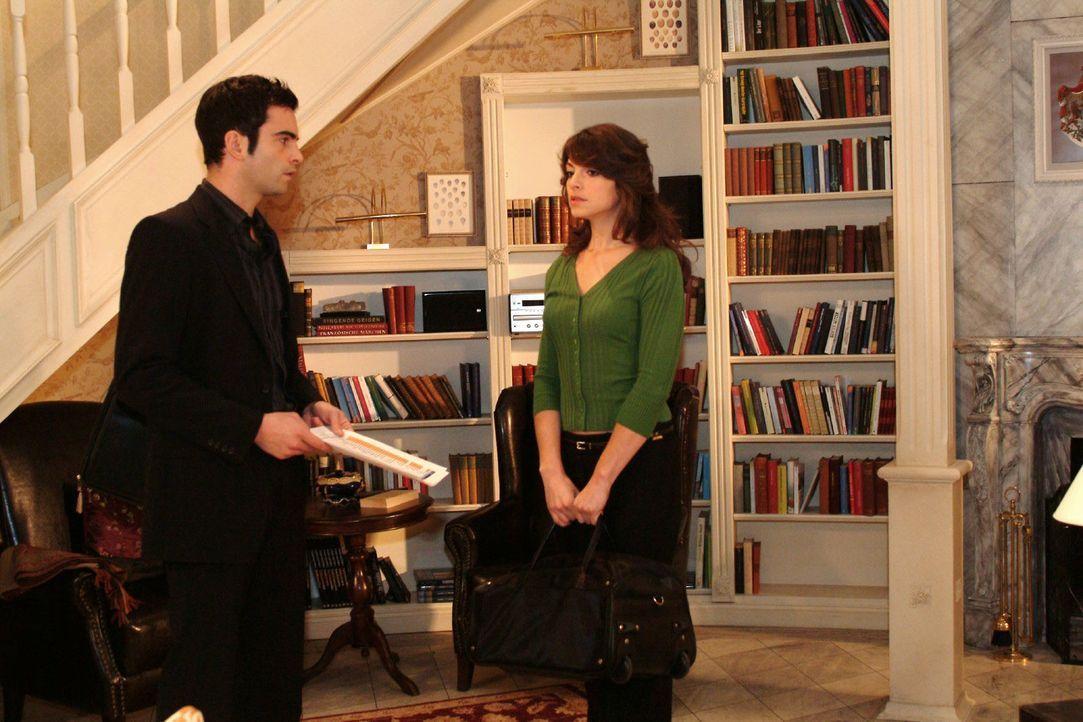 David (Mathis Künzler, l.) ist erleichtert, als Mariella (Bianca Hein, r.) wieder nach Hause zurückkommt. - Bildquelle: Monika Schürle Sat.1