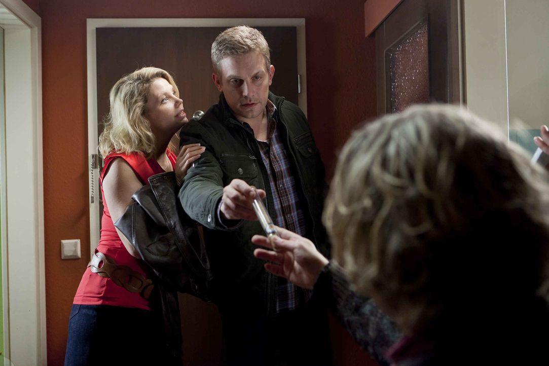 Langsam findet Kurt (Axel Siefer, r.) auch Gefallen an Dannis (Annette Frier, l.) neuem Freund Sven (Sebastian Bezzel, M.) ... - Bildquelle: Frank Dicks SAT.1