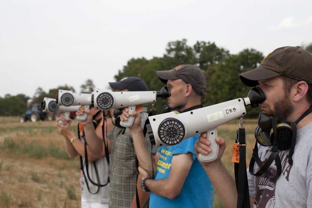 Ihnen stinkt's wohl: Geruchstester bewerten ein frisch gedüngtes Feld mit einem Olfaktometer. - Bildquelle: Courtesy Half Yard Productions
