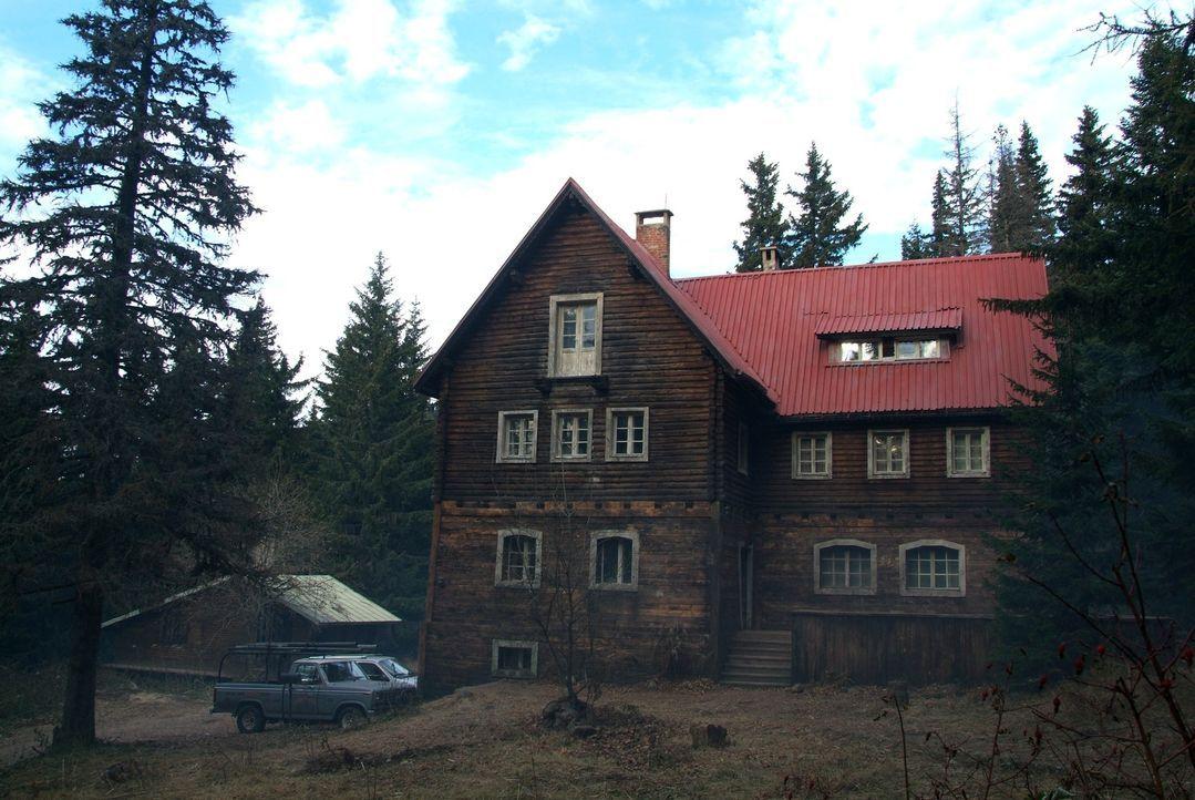 Nach dem Tode ihres Mannes zieht Karen Tunny zusammen mit ihren beiden Töchtern Sarah und Emma in ein abgelegenes Haus in der Nähe eines Bergwerks .... - Bildquelle: Nu Image Films