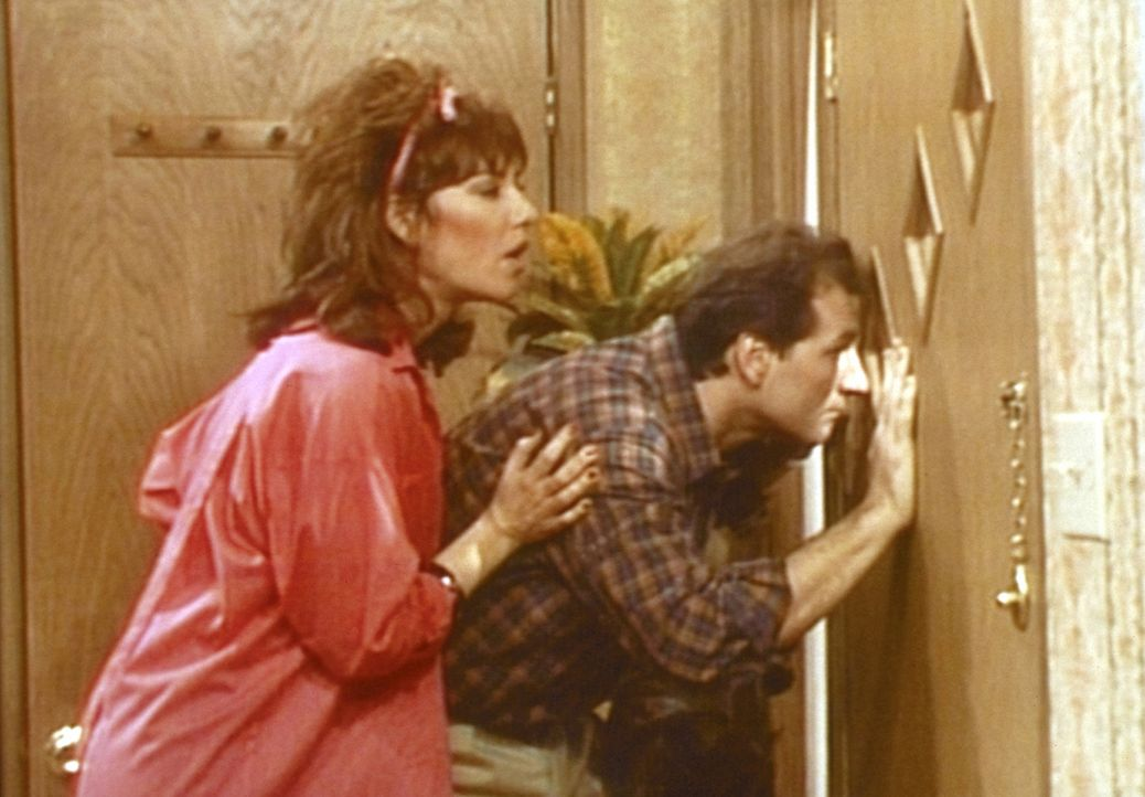 Nach einem Streit haben Al (Ed O'Neill, r.) und Peggy (Katey Sagal, l.) ihre Nachbarn vor die Tür gesetzt. - Bildquelle: Sony Pictures Television International. All Rights Reserved.