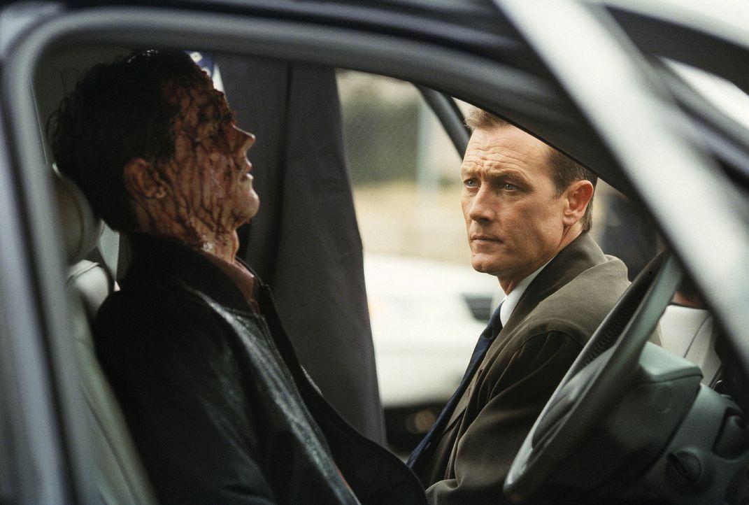 John Doggett (Robert Patrick, r.) hat einen schwierigen Fall zu lösen: Zwanzig Sektenmitglieder und zwei FBI-Agenten wurden ermordet.