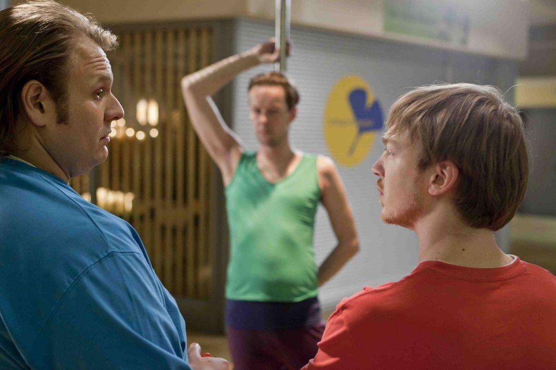Nils (Oliver Fleischer, l.) und Hannes (Tino Mewes, r.) wollen bei beeindrucken und nehmen deshalb bei Karsten (Marcus Kiepe, M.) Unterricht in Pole... - Bildquelle: SAT.1