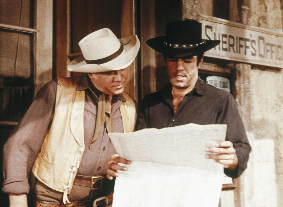 Ben Cartwright (Lorne Greene, l.) und Adam (Pernell Roberts, r.) sitzen in einer Postkutsche, die überfallen wird. Unglücklicherweise auch der Sensa... - Bildquelle: Paramount Pictures