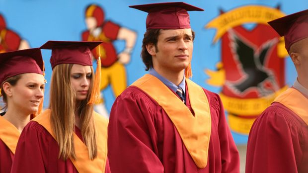 Während Clark (Tom Welling, M.) und seine Mitschüler sich auf die Abschiedsze...