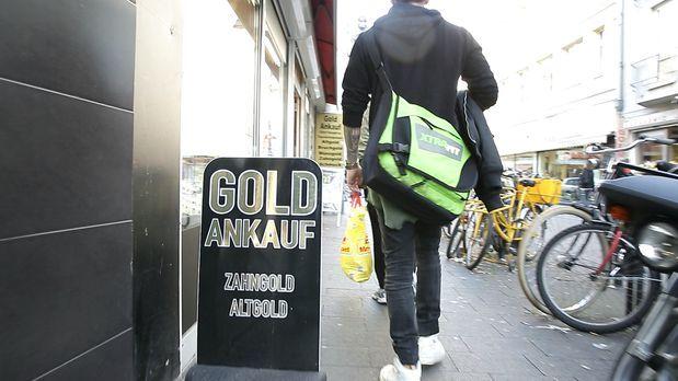 Service-Team Deutschland - Reporter Alf Porada zeigt auf, wie Schmuckhändler...