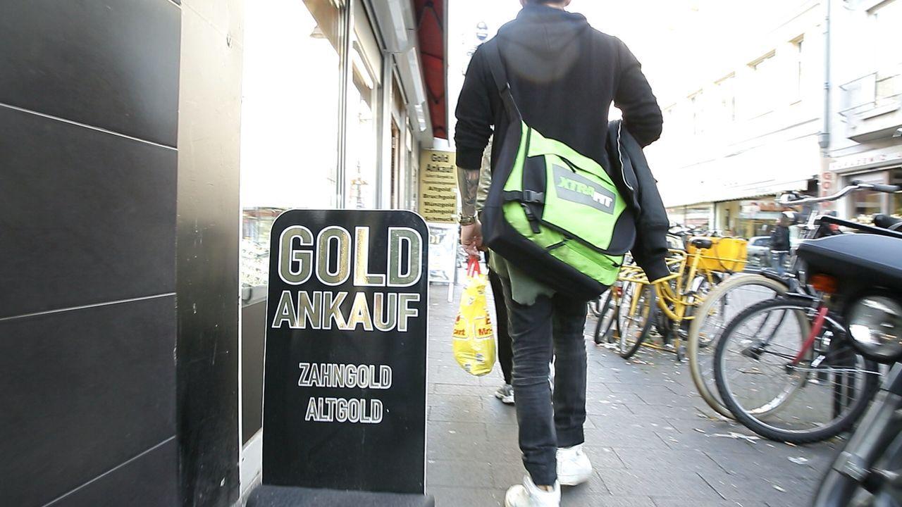 Reporter Alf Porada zeigt auf, wie Schmuckhändler ihre Kunden über den Tisch ziehen. Wie verkaufe ich mein Gold am besten? - Bildquelle: Sat.1 Gold