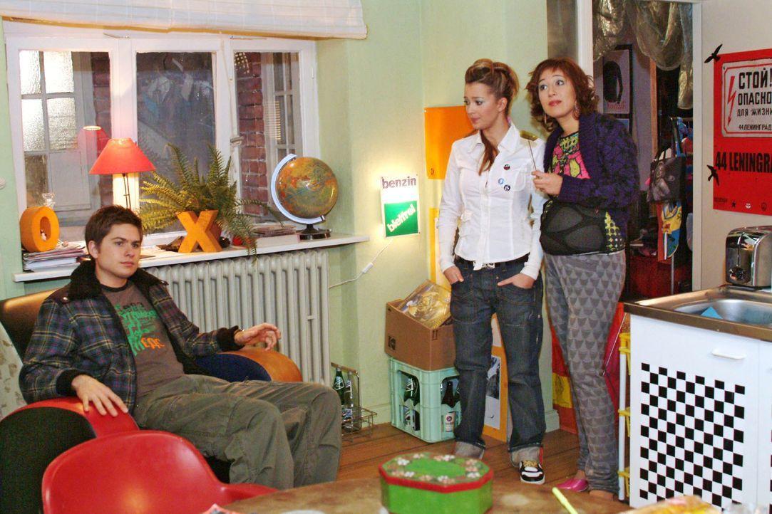 Timo (Matthias Dietrich, l.), Hannah (Laura Osswald, M.) und Yvonne (Bärbel Schleker, r.) machen sich Sorgen um Kim. - Bildquelle: Monika Schürle Sat.1
