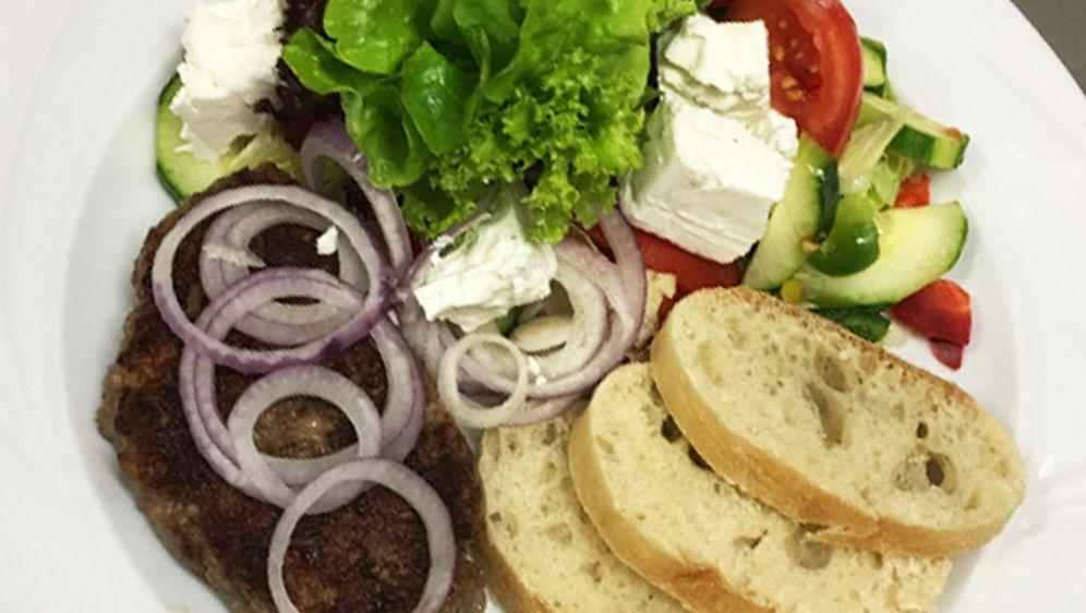 Pljeskavica gefüllt mit Schafskäse