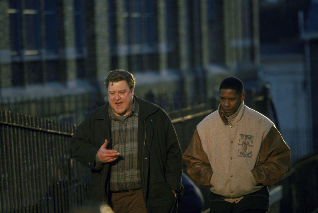 Detective John Hobbes (Denzel Washington, r.) und sein Partner Jonesy (John Goodman, l.) haben mit ihren Ermittlungen den Serienkiller Reese dingfes... - Bildquelle: Warner Brothers