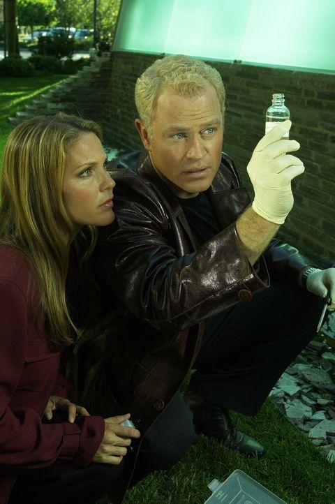 (1. Staffel) - Versuchen Epidemienherde frühzeitig ausfindig zu machen: Dr. Stephen Connor (Neal McDonough, r.) und Dr. Natalie Durant (Kelli Willi... - Bildquelle: CBS Television