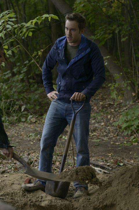 Aidan bringt ein Opfer, um seine Freunde Josh (Sam Huntington) und Nora zu beschützen ... - Bildquelle: Phillipe Bosse 2013 B.H. 2 Productions (Muse) Inc. ALL RIGHTS RESERVED.