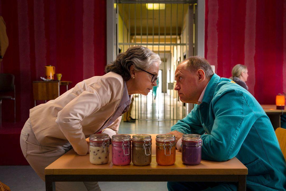 Erst spät geht Udo Honig (Uwe Ochsenknecht, r.) auf, dass seine Frau Marion (Gisela Schneeberger, l.) nicht in seiner Mannschaft zu spielen gedenkt.... - Bildquelle: Arvid Uhlig SAT.1