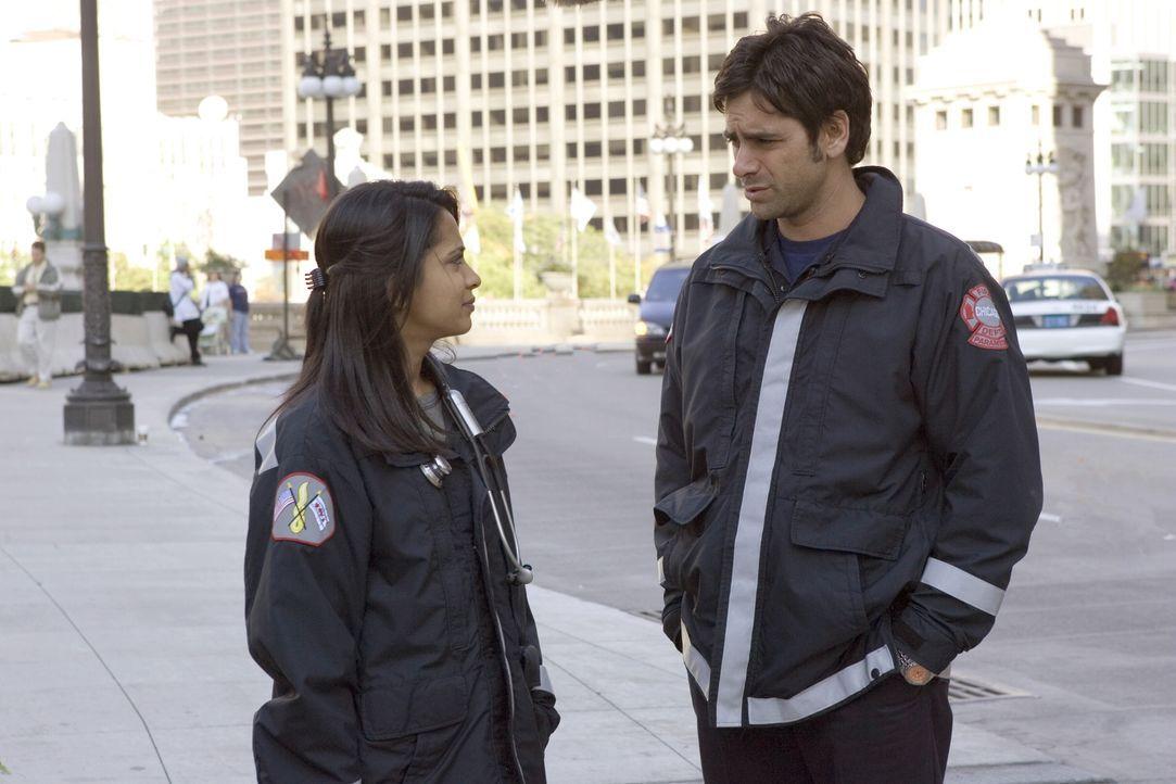 Tony Gates (John Stamos, r.) fühlt sich nach wie vor zu der jungen Ärztin hingezogen und versucht Neela (Parminder Nagra, l.) hartnäckig zu einem Da... - Bildquelle: Warner Bros. Television