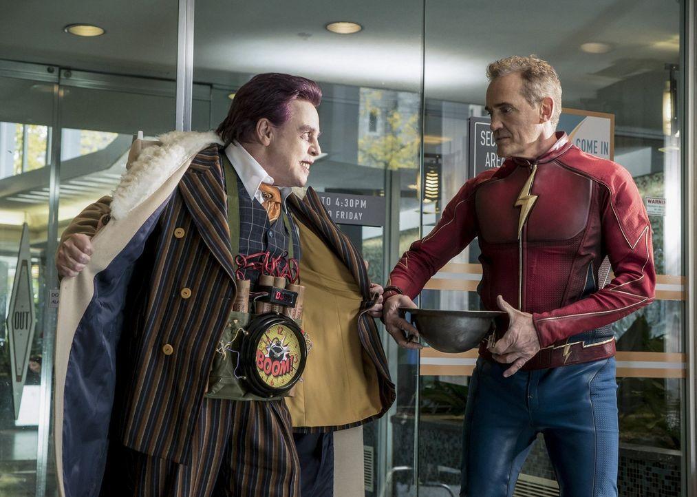 Auch auf Welt 3 macht es James alias The Trickster (Mark Hamill, l.) dem Flash (John Wesley Shipp, r.) nicht immer einfach ... - Bildquelle: 2016 Warner Bros.