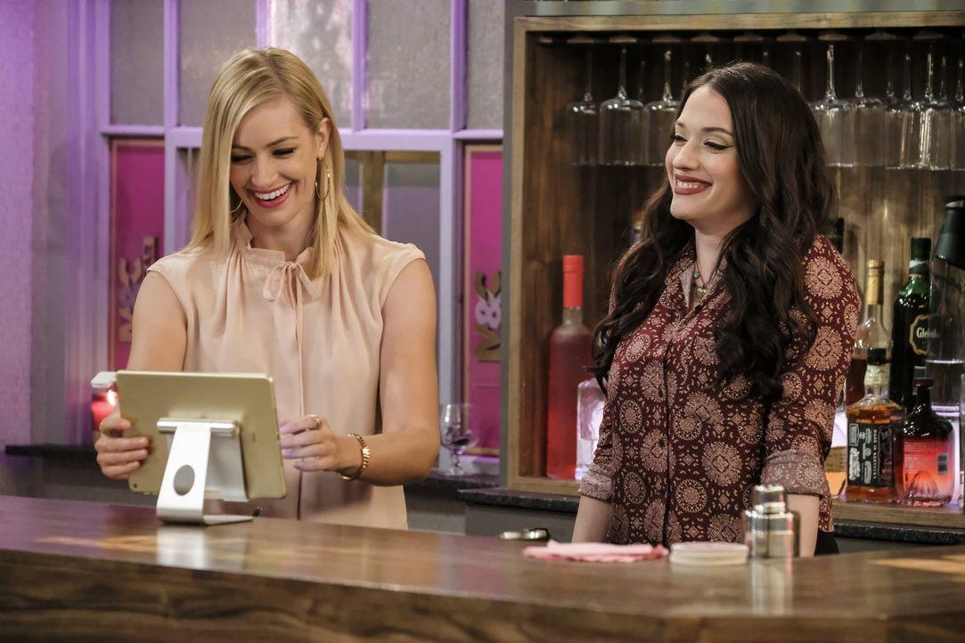 Ihre Dessert-Bar feiert große Erfolge, nachdem sich Caroline (Beth Behrs, l.) und Max (Kat Dennings, r.) einen beliebten Barkeeper angeln konnten ... - Bildquelle: Warner Bros. Television