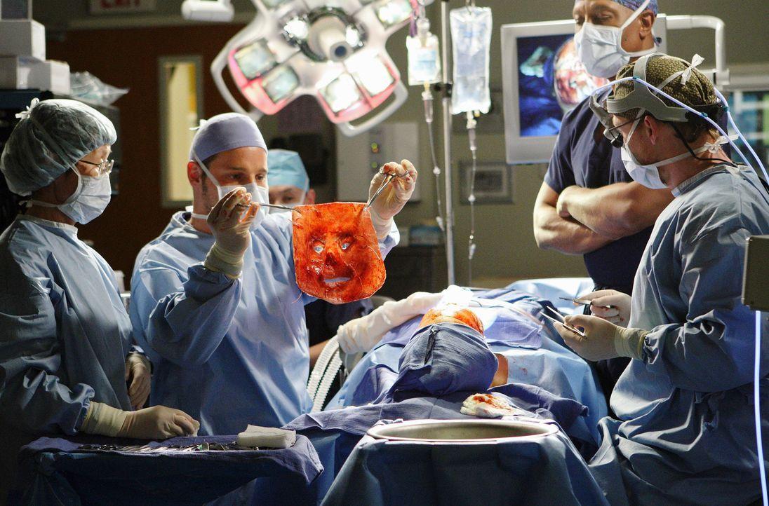 Die komplizierte Gesichtstransplantation an Dave Young (Larry Sullivan, liegend) findet statt. Alex (Justin Chambers, 2.v.l.), Webber (James Pickens... - Bildquelle: Touchstone Television
