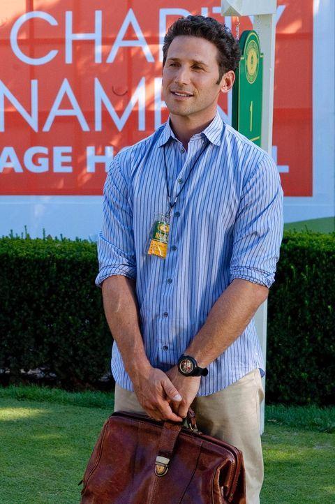 Dr. Hank Lawson (Mark Feuerstein) hat zugesagt für ärztliche Hilfe während eines Golfturnieres zur Verfügung zu stehen. Dass er hier tatsächlich zum... - Bildquelle: 2010 Open 4 Business Productions, LLC. All Rights Reserved.
